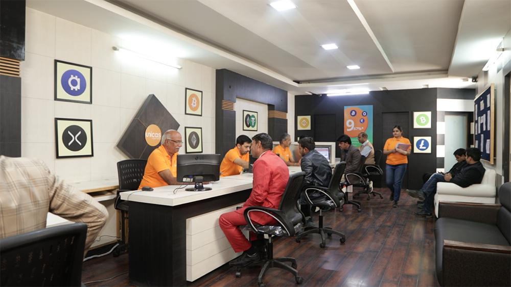 Sede de Unicas Jaipur en India con clientes en sus oficinas. Fuente: Cashaa.
