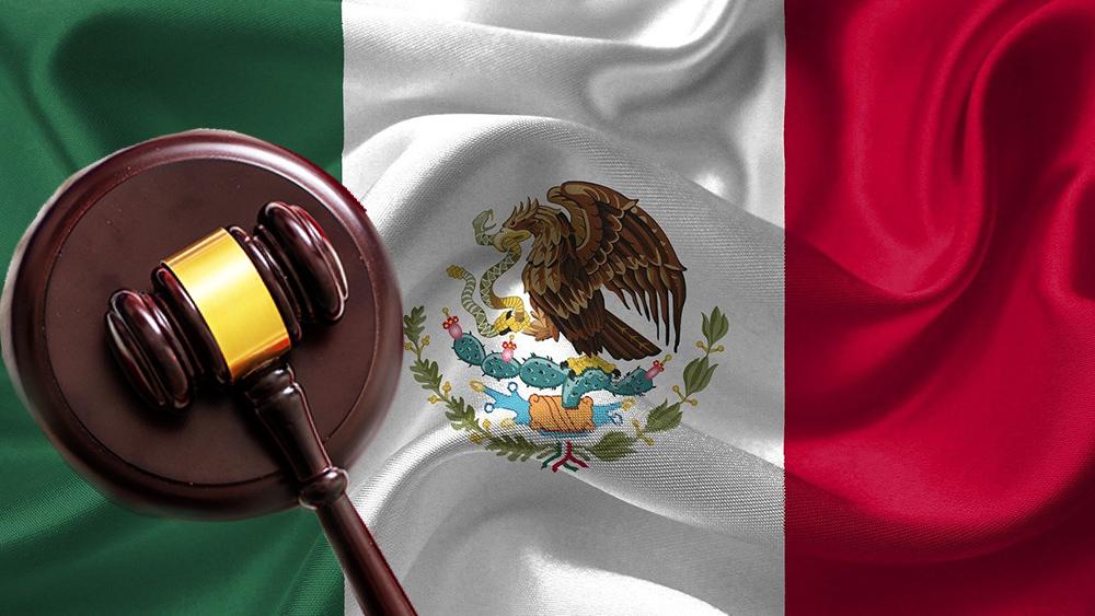 Bandera de México con martillo de juez, indicando decisiones legales.