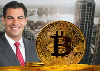 Moneda de Bitcoin frente al alcalde de Miami, Francis Suarez con la ciudad en el fodno. Composición por CriptoNoticias. kjekol / elements.envato.com; Estylo / estylomagazine.com; twenty20photos / elements.envato.com.