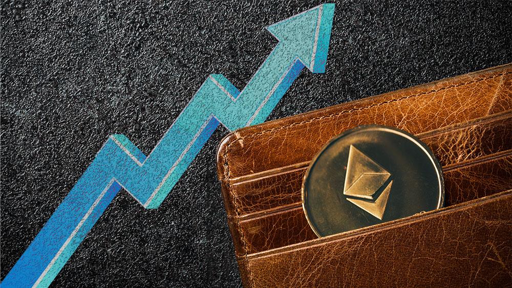 Moneda de Ethereum en monedero con flecha indicando aumento en el fondo. Composición por CriptoNoticias. stevanovicigor / elements.envato.com; tartila / freepik.com; ff-photo / elements.envato.com