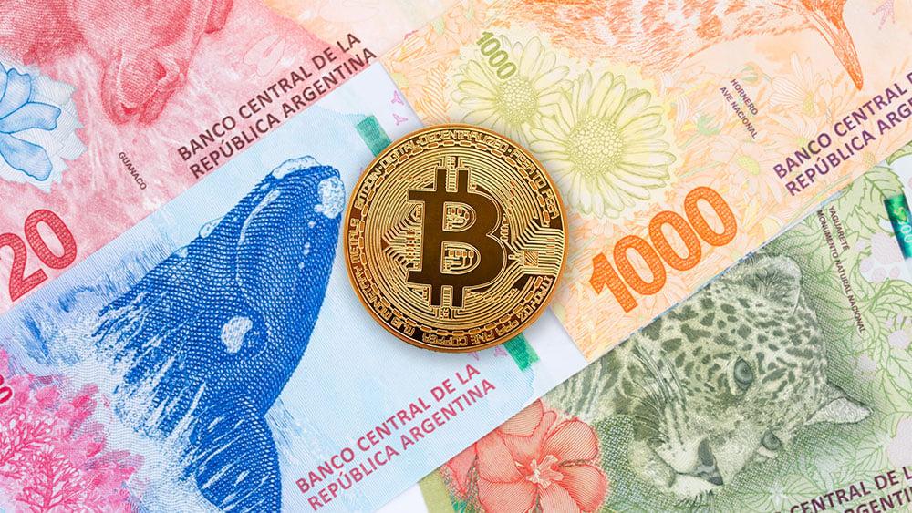 Moneda de Bitcon sobre billetes de pesos argentinos. Composición por CriptoNoticias. serhiibobyk / elements.envato.com; johan10 / elements.envato.com.
