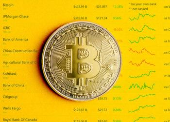 Moneda de Bitcoin sobre listado de principales entidades financieras. Composición por CriptoNoticias. CompaniesMarketCap / companiesmarketcap.com; jirkaejc / elements.envato.com.