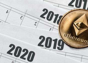 Moneda de Ethereum sobre calendarios anuales. Composición por CriptoNoticias. grafvision / elements.envato.com; twenty20photos / elements.envato.com.
