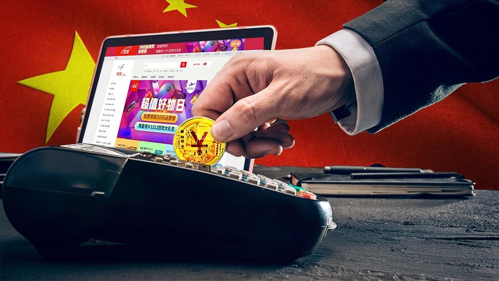 Hombre paga con yuan digital con página de jd.com y bandera de China en el fondo. Composición por CriptoNoticias. JD / jd.com; rawpixel / Freepik.com; johan10 / elements.envato.com; wirestock / Freepik.com; master1305 / elements.envato.com.