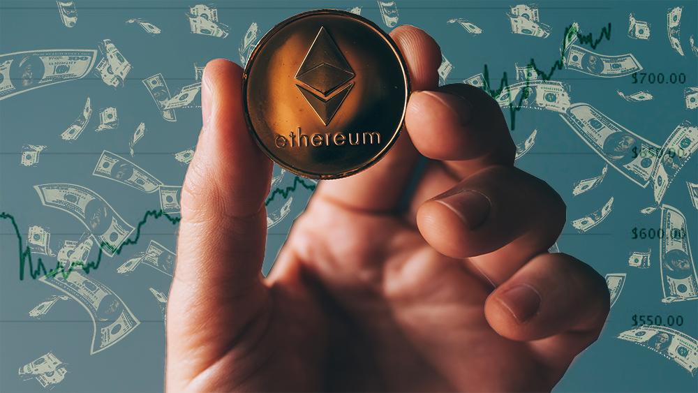 Mano sostiene moneda de Ethereum con billetes y gráfico del precio en el fondo. Composición por CriptoNoticias. CoinMarketCap / coinmarketcap.com; stevanovicigor / elements.envato.com; Patrick Pascal Schauß /  Pixabay.com