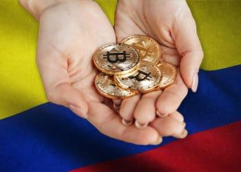 Mujer sostiene monedas de Bitcoin sobre bandera de Colombia. Composición por CriptoNoticias. vadymvdrobot / elements.envato.com; wirestock / Freepik.com