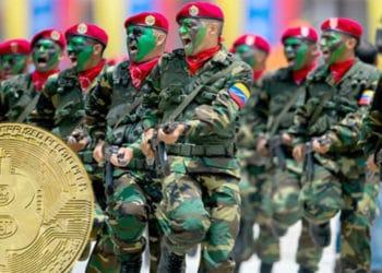 Moneda de Bitcoin sobre imagen de soldados venezolanos. Composición por CriptoNoticias. Todos Ahora / todosahora.com;  jirkaejc / elements.envato.com