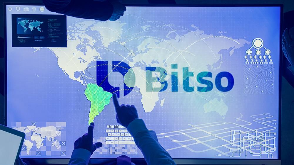 Persona seleccionando a latinoamérica sobre pantalla con logo de Bitso superpuesto. Composición por CriptoNoticias. bitso / bitso.com; Rawpixel / elements.envato.com.
