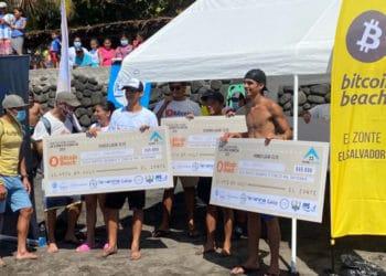 Participantes del festival recibiendo premios en satoshis de bitcoin beach. Fuente: @Bitcoinbeach  / Twitter.com