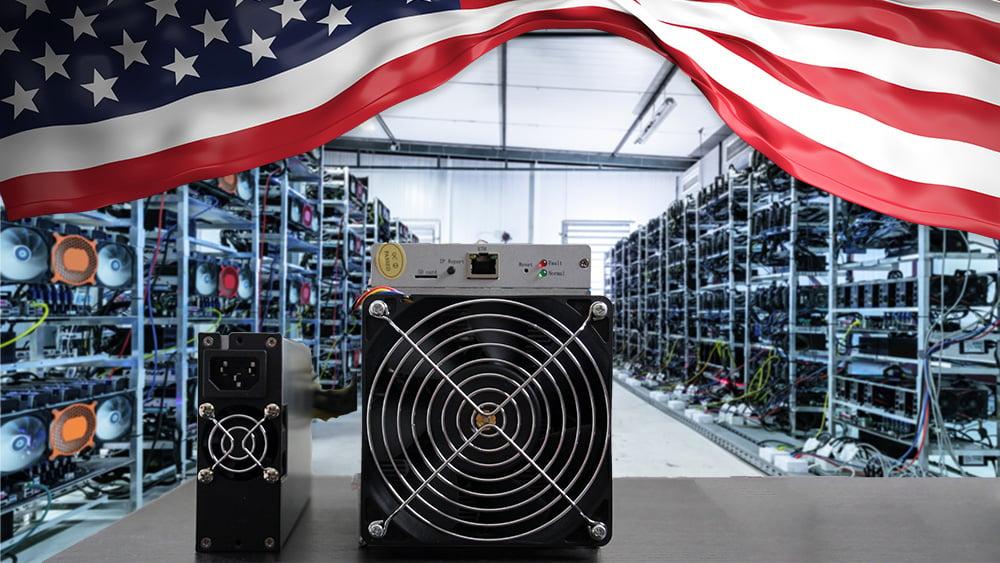Minero de Bitcoin sobre mesa frente a granja de minería con bandera de Estados Unidos superpuesta. Composición por CriptoNoticias. rawf8 / elements.envato.com; fitck / piqsels.com; photocreo / elements.envato.com.
