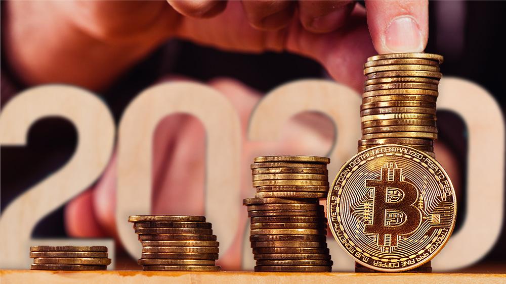 Moneda de Bitcoin frente a monedas apiladas con letrero de 2020 y hombre en el fondo. Composición por CriptoNoticias. Prostock-studio / elements.envato.com; stevanovicigor / elements.envato.com.