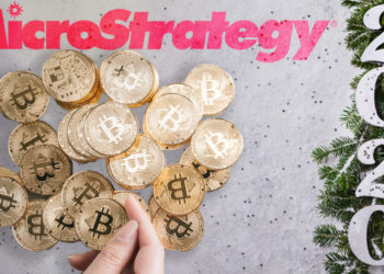 Mujer sujeta moneda de Bitcoin con monedas apiladas en el fondo sobre mesa navideña con logo de MicroStrategy superpuesta. Composición por CriptoNoticias. MicroStrategy / microstrategy.com; bitcointere / pxhere.com; prosto_juli / elements.envato.com.