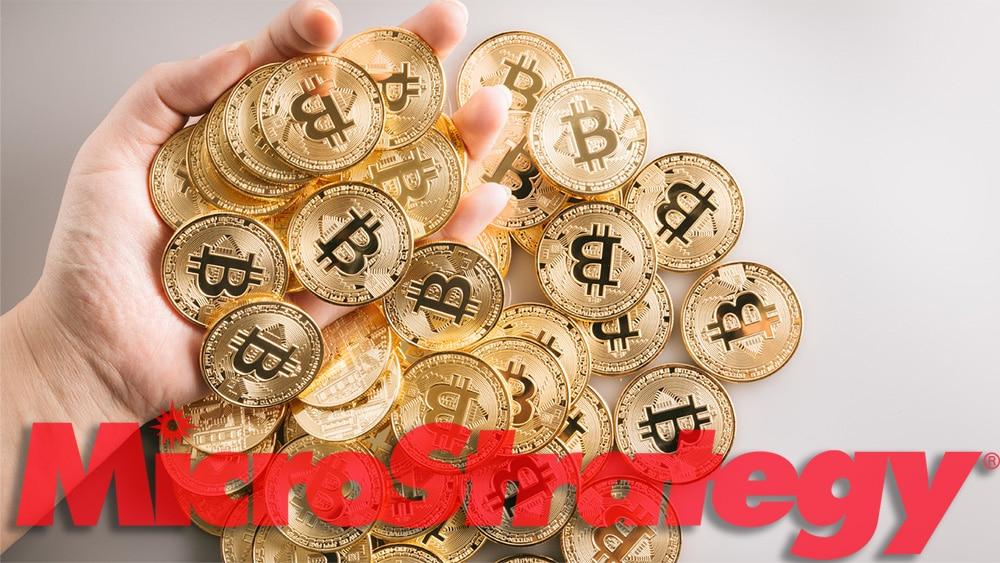 Mano sosteniendo monedas de Bitcoin con logo de MicroStrategy superpuesto. Composición por CriptoNoticias. MicroStrategy / microstrategy.com; bitcointere / pxhere.com