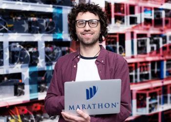 Hombre sostiene laptop con logo de Marathon Patent Group y bandera de Estados Unidos y racks de mineros en el fondo. Composición por CriptoNoticias.  Marathon Patent Group / maratonpg.com; LightFieldStudios / elements.envato.com; wirestock / freepik.com