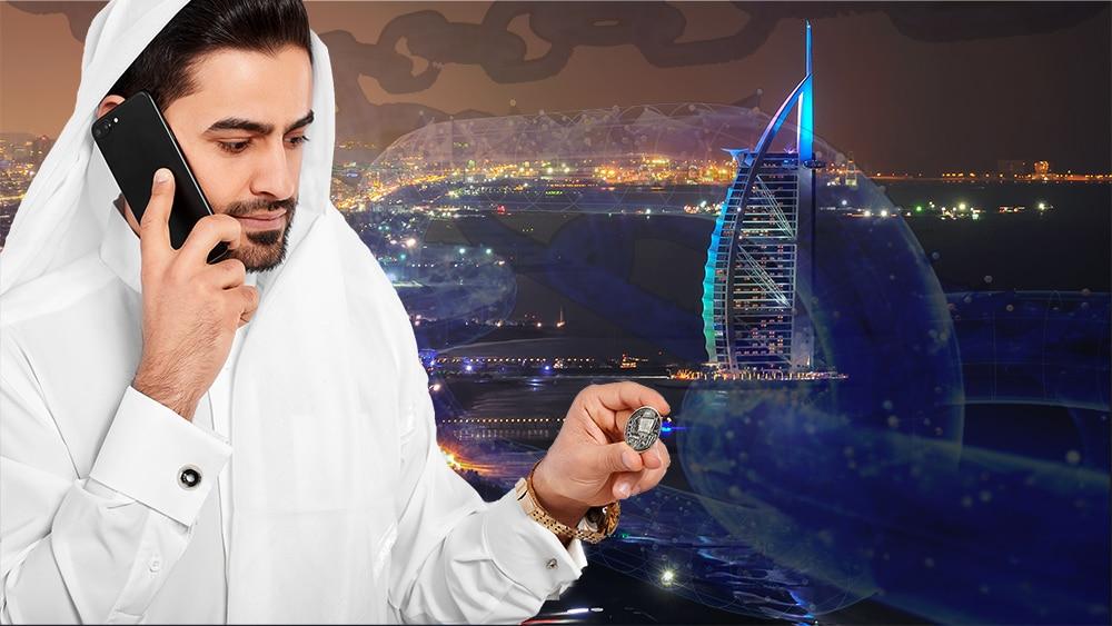 Hombre sostiene moneda digital con edificios de los Emiratos Arabes en el fondo con blockchain superpuesta. Composición por CriptoNoticias. johan10 / elements.envato.com; serhiibobyk / elements.envato.com; iLexx / elements.envato.com; kijevskymarek / elements.envato.com