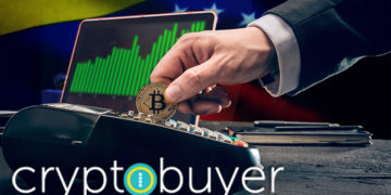 Logo de Cryptobuyer frente a hombre pagando con moneda de Bitcoin con gráfico alcista y bandera de Venezuela en el fondo. Composición por CriptoNoticias. cryptobuyer / cryptobuyer.io; master1305 / freepik.com;  leungchopan / elements.envato.com; wirestock / Freepik.com.