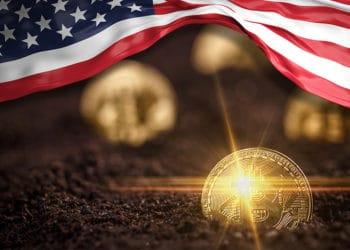 Monedas de Bitcoin saliendo de la tierra con bandera de Estados Unidos. Composición por CriptoNoticias. rawf8 / elements.envato.com; grafvision / elements.envato.com