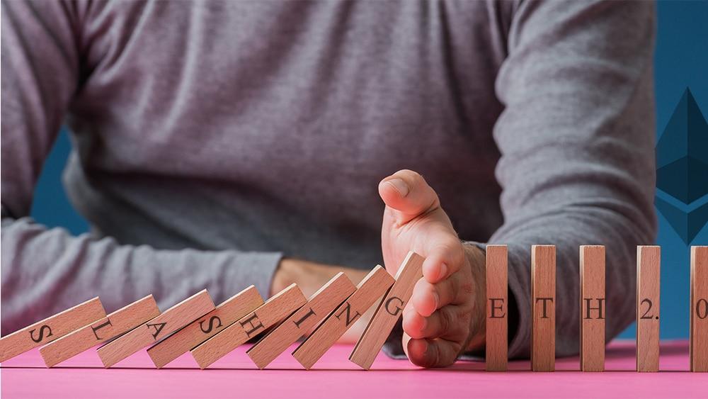 Hombre detiene caída de bloques de madera con palabras Slashing y ETH 2.0 con logo de ethereum en el fondo. Composición por CriptoNoticias. Gajus-Images / elements.envato.com; Ethereum / wikimedia.org