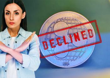 """Mujer hace señal de rechazo con sello de """"declinado"""" sobre  moneda de XRP. Composición por CriptoNoticias. LightFieldStudios / elements.envato.com; TayebMEZAHDIA / pixabay.com; juary / piqsels.com."""