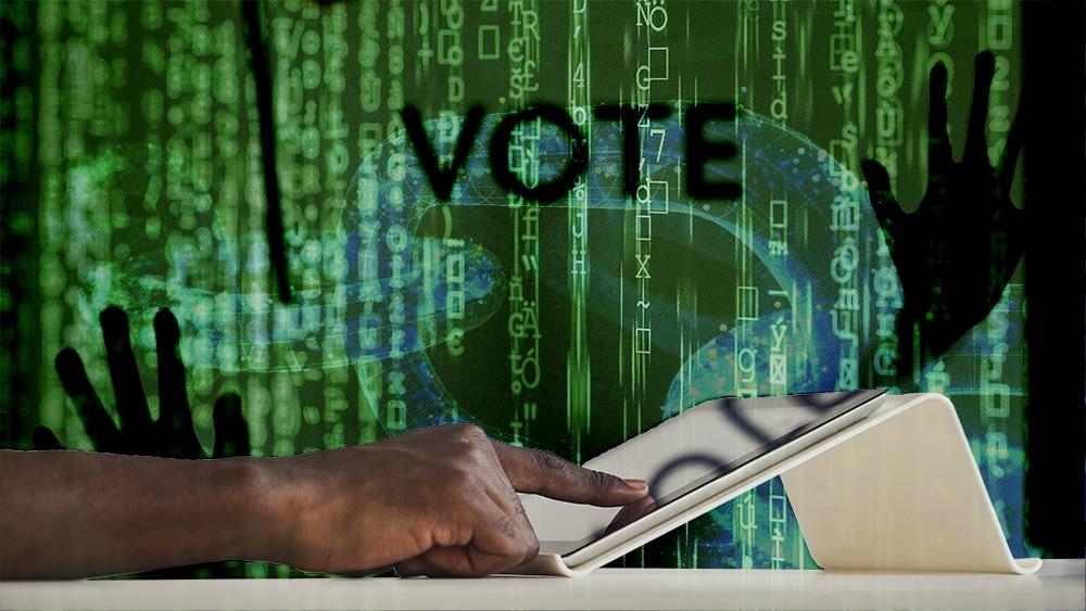Persona votando en tablet con blockchain y hacker de fondo. Composición por CriptoNoticias. iLexx / elements.envato.com; pixel2013 / Pixabay.com; AnnaStills / elements.envato.com.