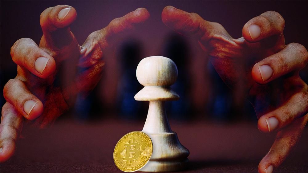 Moneda de Bitcoin junto a peon sobre tablero de ajedrez con manos acechando en el fondo. Composición por CriptoNoticias. skdei / piqsels.com; truthseeker08 / pixabay.com; gargantiopa / elements.envato.com.