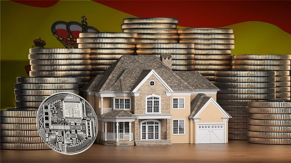 Moneda digital junto a modelo de casa con monedas apiladas y bandera de España en el fondo. Composición por CriptoNoticias. johan10 / elements.envato.com; maxxyustas / elements.envato.com; twenty20photos / elements.envato.com