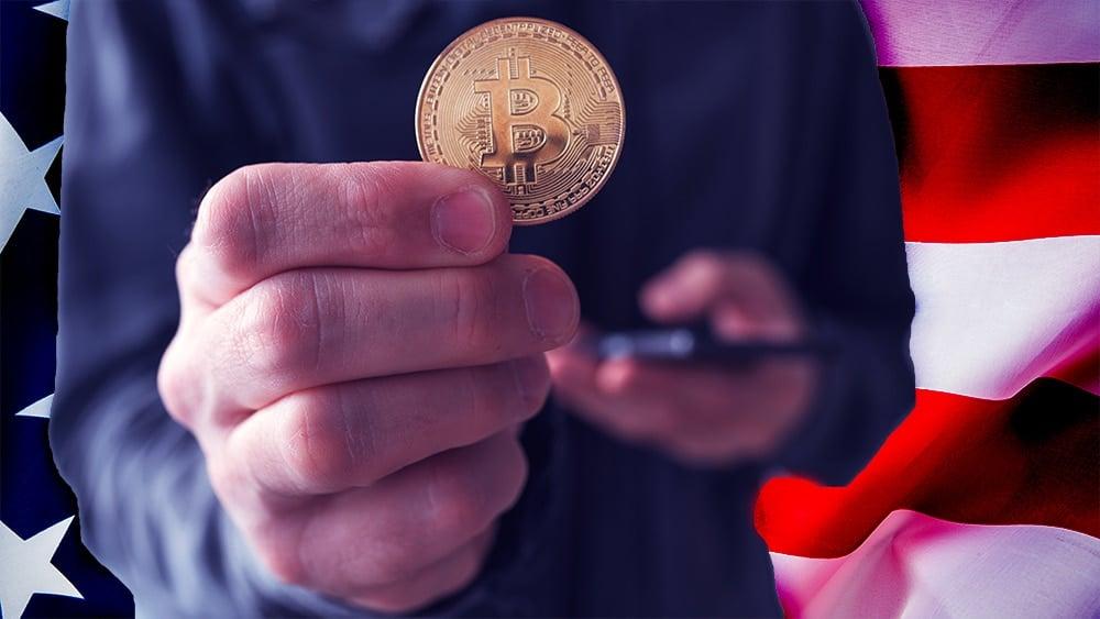 Hombre sosteniendo moneda de Bitcoin con bandera de Estados Unidos en el fondo. stevanovicigor / elements.envato.com; stevanovicigor / elements.envato.com