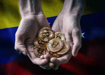 Manos sosteniendo monedas de Bitcoin con bandera de Venezuela en el fondo. Composición por CriptoNoticias. wirestock / freepik.com; grafvision / elements.envato.com