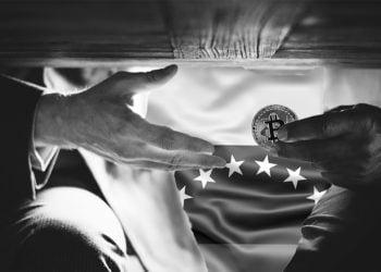 Personas se pasan moneda de bitcon bajo la mesa con bandera de Venezuela en el fondo. Composición por CriptoNoticias. johan10 / elements.envato.com; slon.pics / freepik.com; Rawpixel /  elements.envato.com