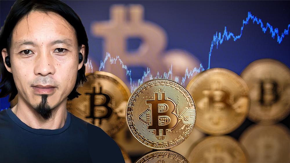 Willy Woo junto a monedas de Bitcoin con gráfico alcista en el fondo. Composición por CriptoNoticias. grafvision / elements.envato.com; unchainedpodcast / unchainedpodcast.com; jcomp / freepik.com.