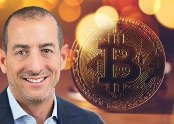 Brett Messing junto a moneda de Bitcoin. Composición por CriptoNoticias. Skybridge / skybridge.com; stevanovicigor / elements.envato.com.
