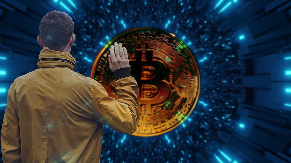 Hombre se despide con red digital y bitcoin en el fondo. Composición por CriptoNoticias. Chalabala / elements.envato.com; wirestock / freepik.com; LightFieldStudios / elements.envato.com.