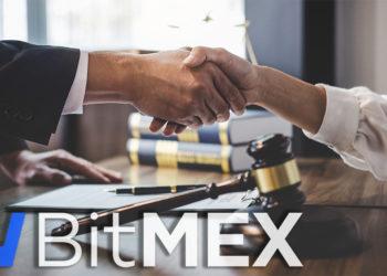 Logo de BitMEX frente a personas estrechando manos en escritorio legal. Composición por CriptoNoticias. BitMEX / wikipedia.org; twenty20photos / elements.envato.com.