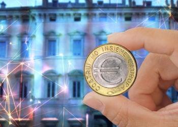 Hombre sostiene moneda de euro con sede de la Asociación Bancaria de Italia y red digital superpuesta. Composición por CriptoNoticias. starline / freepik.com; michelangeloop / elements.envato.com; Lalupa / wikipedia.org; leungchopan / elements.envato.com
