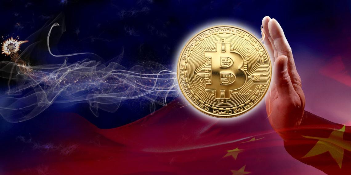 Mano detiene moneda de Bitcoin con bandera de China en el fondo. Composición por CriptoNoticias. cffiv / klipartz.com; Bru-nO / pizabay.com; tziwg / klipartz.com.