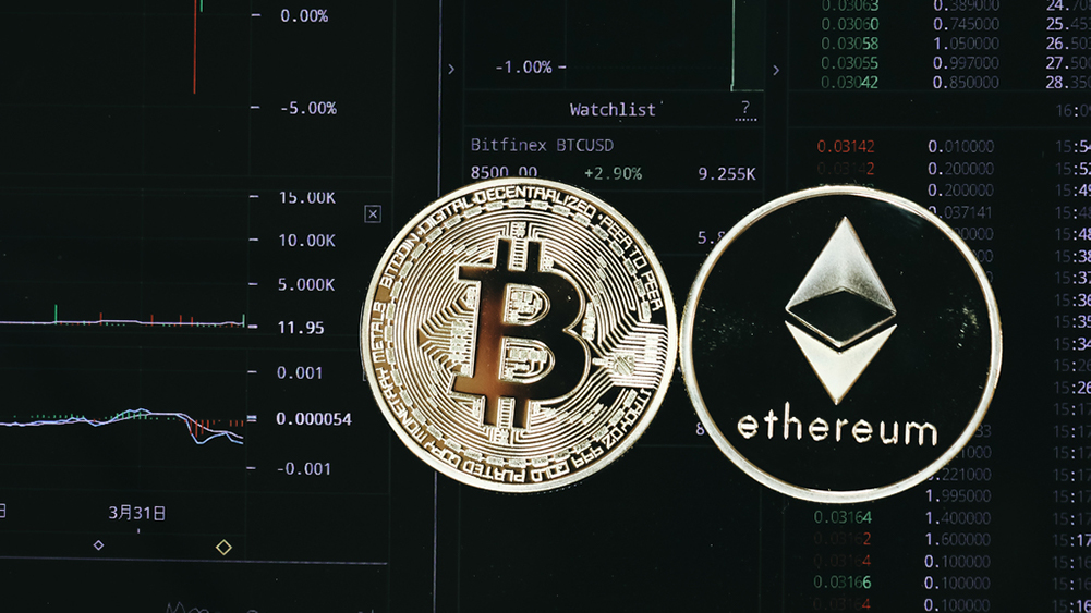 Monedas de Bitcoin y Ethereum sobre pantalla con información de mercado. Fuente: Doughnutew / pxhere.com