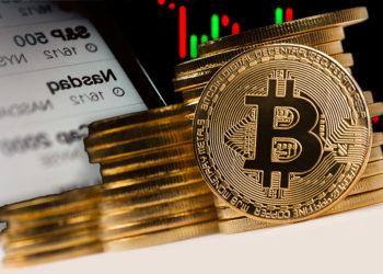 Monedas de Bitcoin frente a gráfico bajista junto a índices bursátiles. Composición por CriptoNoticias. macondoso / elements.envato.com; jcomp / freepik.com; duallogic / elements.envato.com.