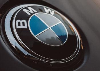 Placa de BMW sobre superficie oscura. Fuente: Luis Quintero / pexels.com.