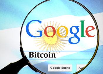 Buscar palabra Bitcoin en google con lupa y bandera de Argentina superpuesta. Composición por CriptoNoticias. Hebi B. / Pixabay.com; wirestock / freepik.com