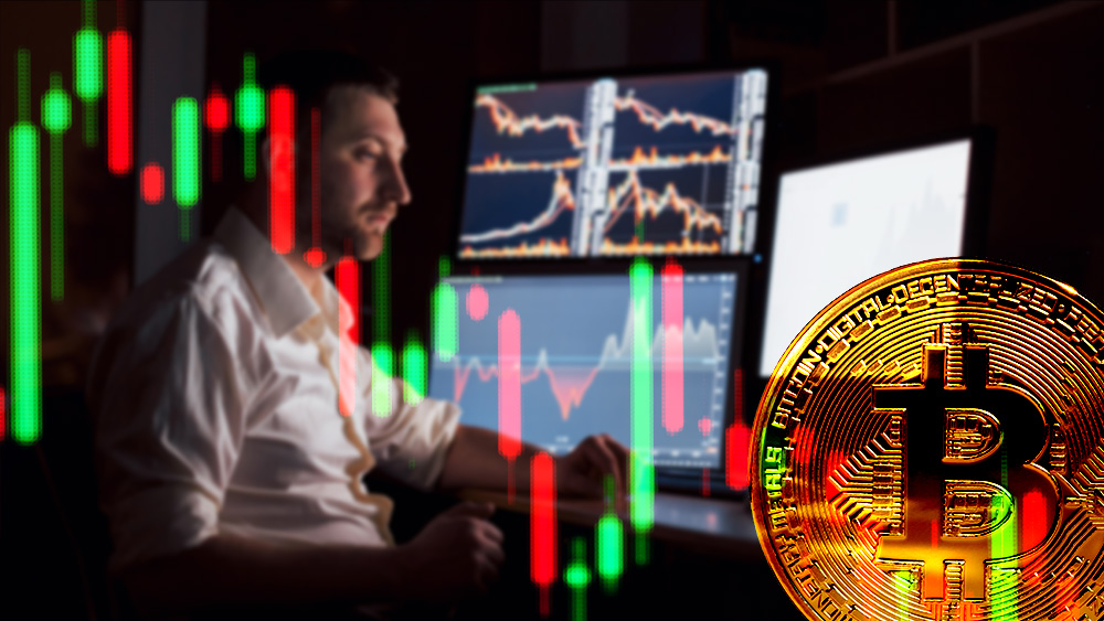 Moneda de bitcoin con gráfico bajista frente a trader operando en mercado. Composición por CriptoNoticias. mstandret / elements.envato.com; jcomp / freepik.com; ESchweitzer / elements.envato.com.