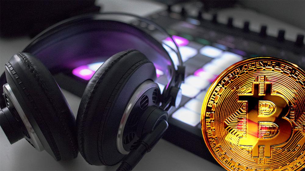 Moneda de Bitcoin con audífonos y sintetizador digital en el fondo. Composición por CriptoNoticias. ESchweitzer / elements.envato.com; twenty20photos / elements.envato.com