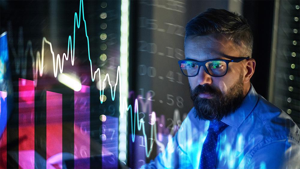 Hombre de negocios frente a pantalla con crisis financiera. Fuente: halfpoint / elements.envato.com
