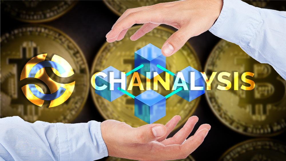 Manos controlan blockchain con logo de Chainalysis superpuesto y monedas de bitcoin en el fondo. Composición por CriptoNoticias. Chainalysis / bitcoinwiki.org; Rawpixel / rawpixel.com; asierromero / freepik.com; jirkaejc / elements.envato.com.