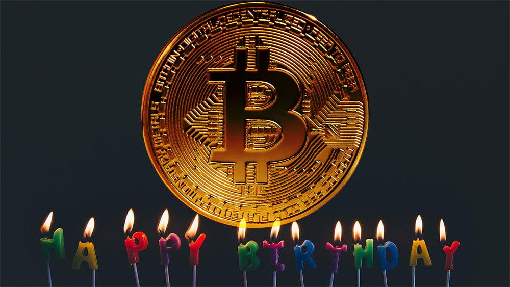 Moneda de Bitcoin con velas de cumpleaños. Composición por CriptoNoticias. ESchweitzer / elements.envato.com; Pexels  / pixabay.com.