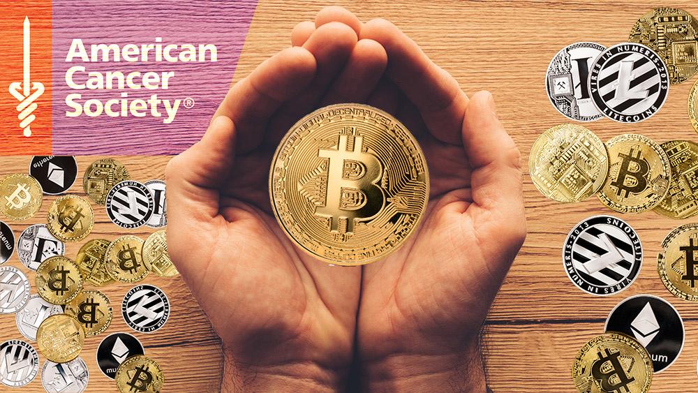 Manos sostienen moneda de Bitcoin con criptomonedas y logo de la Sociedad Americana contra el Cancer sobre mesa de madera. Composición por CriptoNoticias. LightFieldStudios / elements.envato.com; ff-photo / elements.envato.com; American Cancer Society / cancer.org; stevanovicigor / elements.envato.com.