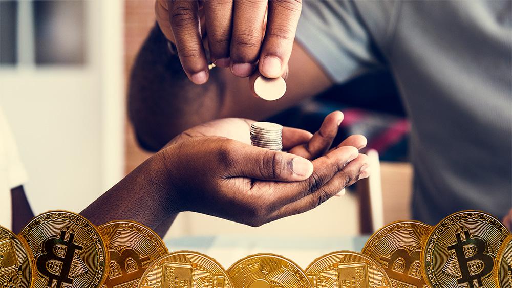 Monedas de Bitcoin frente a hombre apilando monedas sobre manos. Composición por CriptoNoticias. kjekol / elements.envato.com; Rawpixel / elements.envato.com.