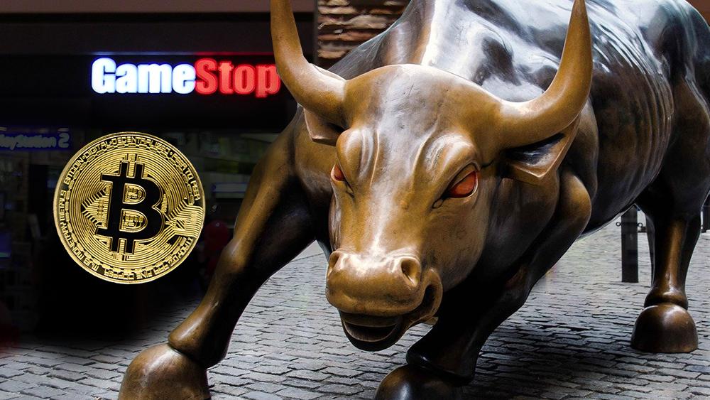 Moneda de Bitcoin junto a tienda de GameStop con moneda de Bitcoin superpuesta. Composición por CriptoNoticias. jirkaejc / elements.envato.com; TreptowerAlex / pixabay.com; James LeVeque / flickr.com.