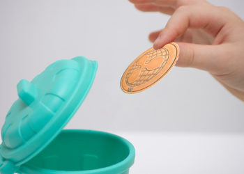 Persona tira a la basura moneda de ripple. Composición por CriptoNoticias. jirkaejc / elements.envato.com; twenty20photos / elements.envato.com.