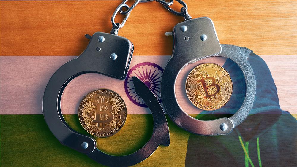 Monedas de Bitcoin dentro de esposas con bandera de India y hacker en el fondo. Composición por CriptoNoticias. stevanovicigor / elements.envato.com; rawpixel.com / freepik.com; Rawpixel / elements.envato.com.