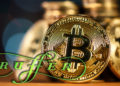 Logo de Ruffer sobre imagen de monedas de bitcoin. Composición por CriptoNoticias. Ruffer / ruffer.co.uk; stevanovicigor / elements.envato.com.